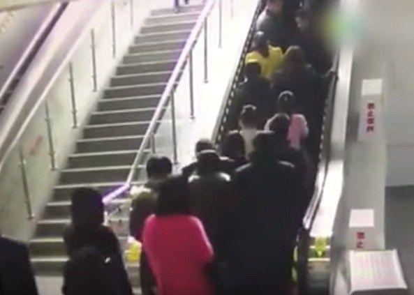 Escaleras eléctricas cambian de dirección repentinamente