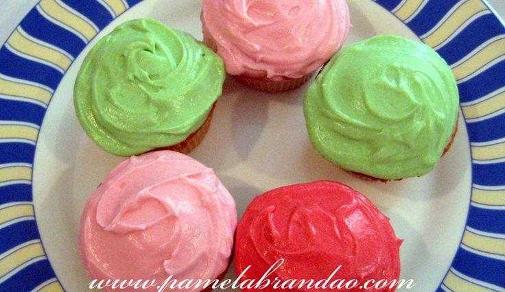 Fugindo um pouco dos muffins, resolvi fazer cupcakes, que para mim nada mais é do que um muffin com cobertura colorida…hehe…mas que são tão gostosos quanto. E para começar resolvi fazer…