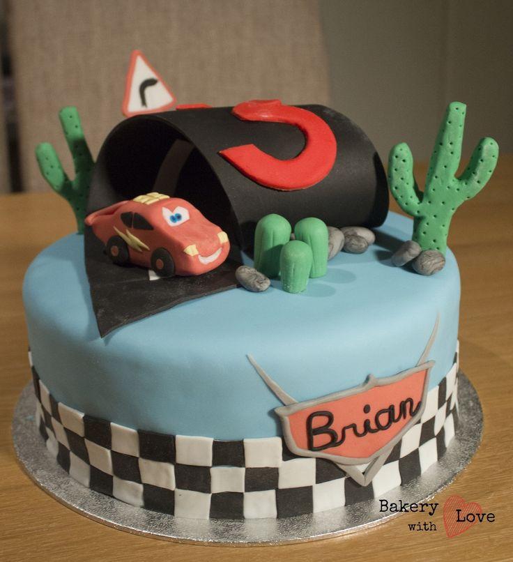 Naast de Nemo en Dory taart, mocht ik ook nog deze taart van Cars maken! Die was toch wel spannend, met een looping! Maar hij is gelukt :)