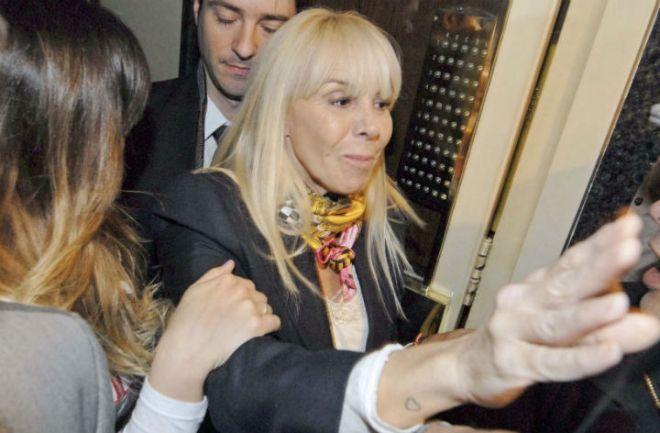 Investigan a Claudia Villafañe por intento de defraudación a #Maradona. Habría comprado una propiedad en Miami a su nombre con dinero del astro. http://www.argnoticias.com/sociedad/item/39269-investigan-a-claudia-villafa%C3%B1e-por-intento-de-defraudaci%C3%B3n-a-maradona