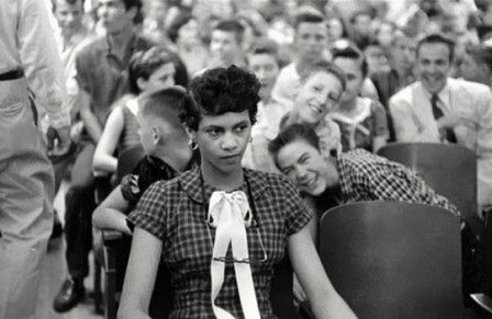 1957 : des étudiants blancs crachent sur Dorothy Counts. 2016 : des étudiants scandent White Power sur un campus