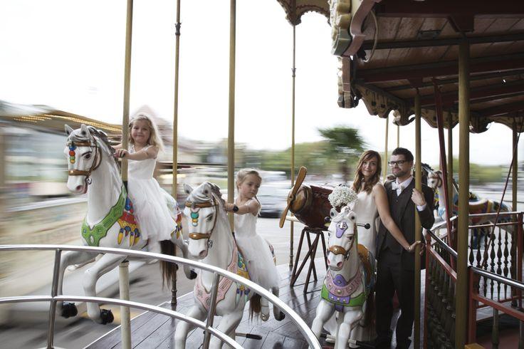 På karusellen. Brudepar med sine to brudepiker i hvite tyllkjoler. Norsk brudepar i Paris 2014. Bryllups-fotografering med fotograf totte-imagery.com. Fotografen organiserer også sjåfør, hår og make-up hvis brudeparene ønsker dette. Hun fotograferer bryllup i Paris og ellers i Europa.