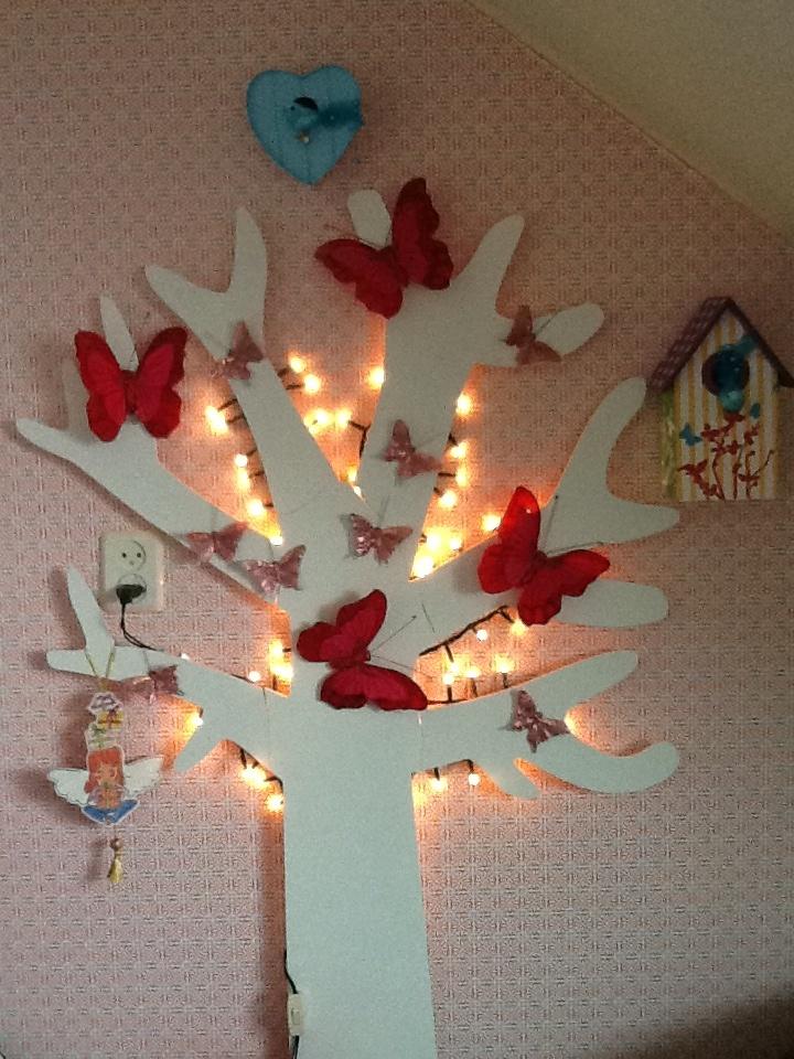 Boom met kerstverlichting op mijn dochter haar kamer zelf gemaakt