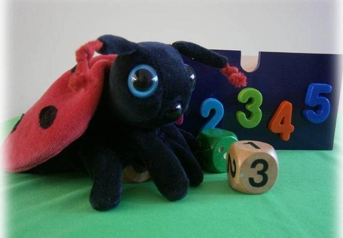 Domein: Tellen en getallen. Lisa het lieveheersbeestje woont in het paarse laatje. Er is bijna geen gesprek met haar te voeren, want ze blijft alles tellen wat ze ziet: De kinderen in de klas, de tafels, de potloden, de haren op je hoofd enz. Lisa sleept altijd een paar dobbelstenen mee: één met stippen en één met cijfers. Ze kent veel spelletjes met die dobbelstenen en ze vindt het leuk als er dan héél véél kinderen meedoen.