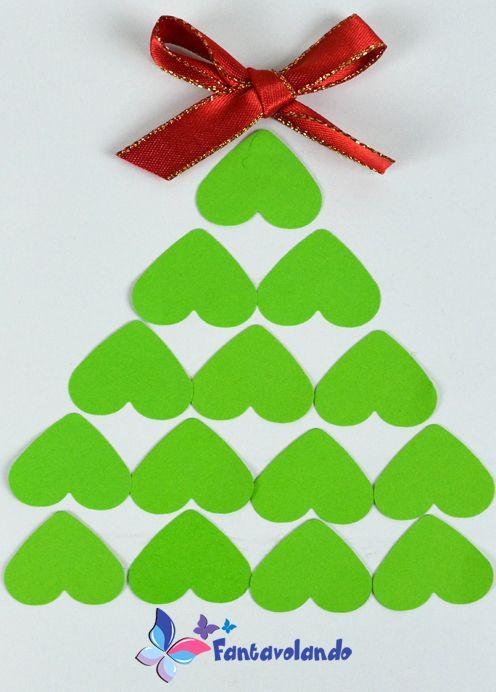 Ecco un'idea semplicissima per realizzare un bigliettino di auguri. Materiale: cartoncino bianco A4, cartoncino verde o rosso, nastrini rossi e argentanti, colla, forbici. Pieghiamo a metà il cartoncino bianco per fare il biglietto. Disegniamo e ritagliamo i cuori nel cartoncino verde o rosso. Possiamo utilizzare anche una piccola fustellatrice per realizzare i cuori. Incolliamo i cuori sul cartoncino bianco formando un albero di Natale. Incolliamo un fiocco sulla sommità dell'albero. Con…