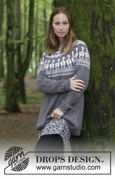 243101587 Knitted sweater with round yoke