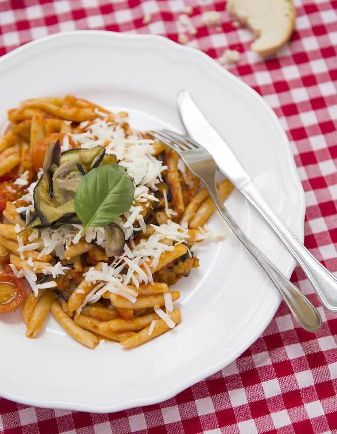 Recette Pâtes aux aubergines : Faites cuire 500 g de pâtes (« trofie » ou penne) al dente à l'eau bouillante salée.Pendant ce temps, rincez, essuyez 2 aubergines, et coupez-les en tranches de 5 mm. Dans une grande sauteuse, faites-les frire à l'huile d'olive avec 2 gousses d'ail écra...