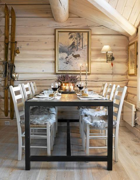 INDUSTRIELLE DETALJER: Spisebordet er rustikt med industrielle detaljer. De enkle jærstolene gir spiseplassen et luftig uttrykk. FOTO: Per Erik Jæger