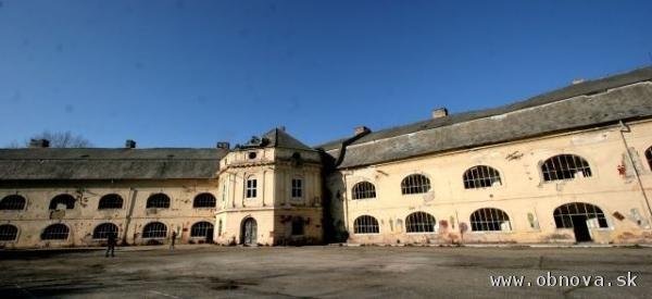 Oprava strechy kasárenskej budovy v pevnosti v Komárne bude pokračovať
