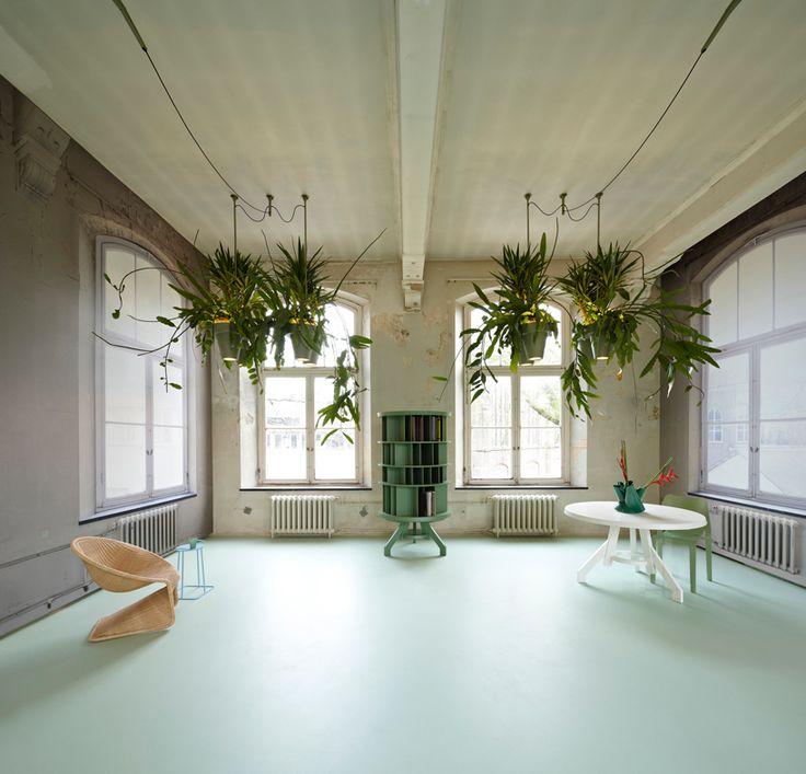 blauw-groene gietvloer met warme grijze muren. bucketlight tropical plant fixtures by roderick vos incorporates built-in powerstation