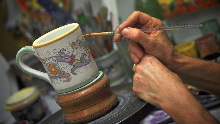 Deruta, vicino a Perugia. Nei suoi vicoli si possono trovare facilmente laboratori di artigiani che lavorano le tipiche maioliche con tecniche tradizionali.