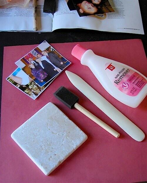 Dit heb je nodig: -tegel-nagellak remover - sponsje-stomp voorwerp(spatel) kopie foto- dorrzichtige sheet ( gespiegld)Zo maak je het: maak kopie van foto,met een toner inkt printer.Geen laser of ink jet printer.Verwarm tegel  in magnetron en leg kopie erop.Bevochtig spons met nagellakremover en wrijf over foto.Zorg dat hele kopie nat is van de nagellakremover.Plaats doorzichtige sheet ook nat met nagellakremover over kopie,om die op zijn plaats te houden. Wrijf met spatel over sheet.