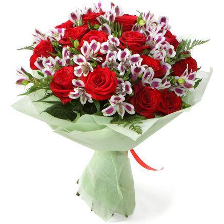 ДУЭТ.  Изящная альстромерия и великолепная роза насыщенного бордового цвета в этой цветочной композиции играют в унисон. Дуэт двух составляющих подчёркивает изумрудная зелень листьев папоротника, которая создаёт великолепную огранку, добавляя заключительные ноты в мелодию красоты, звучащую под биение сердец. Упаковка: цветной фетр.