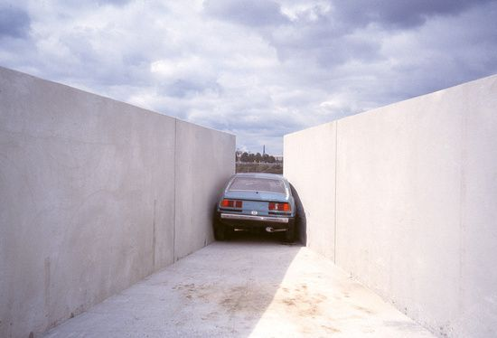 Roman Singer, Engpass (Squeeze), 2000, automobile and concrete walls, Kehrwieder Spitze, Hamburg, Germany. Contemporary art, public art, contemporary sculpture.