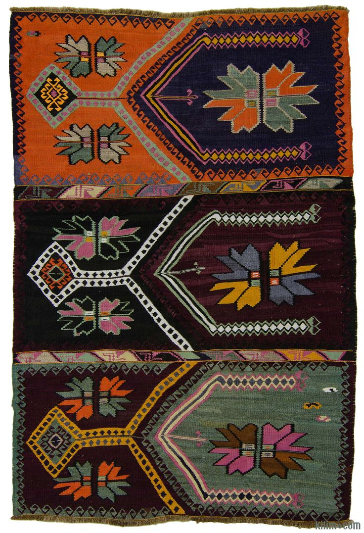 Vintage hand-woven Artvin kilim rug around 30 years old and in very good condition. Artvin is located in the northeastern Black Sea region of Turkey.