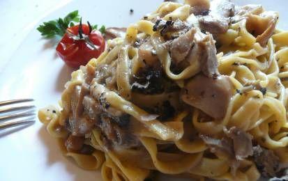 Pasta con salsiccia e funghi porcini - La ricetta della pasta con salsiccia e funghi porcini è facile e gustosa. E' un primo piatto veloce da preparare utilizzando salsiccia fresca, funghi porcini surgelati, prosciutto cotto e qualche pomodorino.