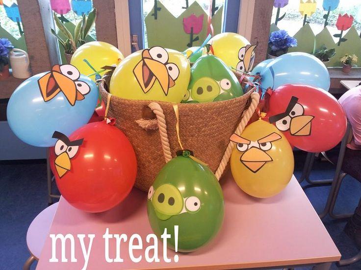 Super coole angry birds traktatie! in de ballon zit nepgeld verstopt en een chocolade munt. aan de ballonnen zitten zakjes met druiven en rozijnen. Gezond en leuk! check de website voor meer leuke treats