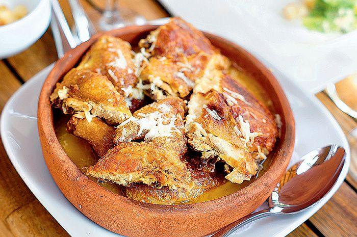 8. Чкмерули — цыпленок, жаренный на сковороде кеци в мацони с чесноком. По способу приготовления напоминает цыпленка табака.