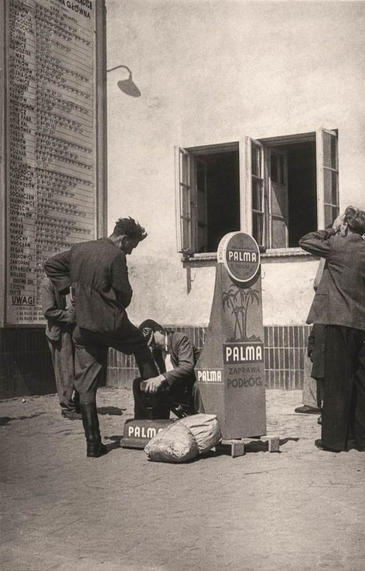 w-kadrze-warszawa-lata-40-Pracujący pod hotelem Polonia weteran warszawskich czyścibutów Andrzej Kozłowski