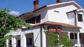 12 km iz Kopra, v smeri Marezig se nahaja apartma, ki ima lep razgled na morje in mirno okolico. Več o apartmajih preberite na www.viaSlovenia.com pod kategorijo apartmaji -> Koper.