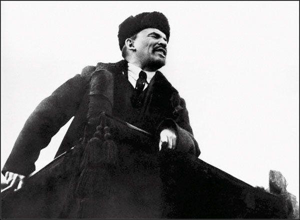 1918: El hombre del siglo. Vladimir Ilich Lenin (1870-1924) se dirige al pueblo de Moscú durante la celebración del primer aniversario de la Revolución socialista de Octubre en la Plaza Roja.