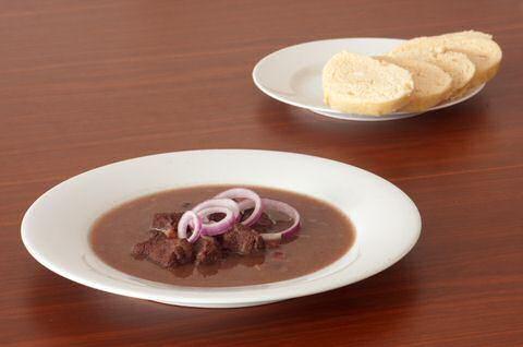 Zeer makkelijk recept om stoofvlees van everzwijn te maken met zeer weinig ingrediënten, zodat je goedkoop en met bijna geen werk lekker stoofvlees kan maken.