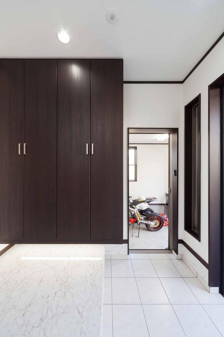 1階は対面キッチンと小上がりの畳コーナーのある広いLDK。一部天井を折り上げ天井にして間接照明をプラス☆Iさんのお住まい夫婦+子供2人敷地面積/108.85㎡(32.9坪)延床面積/138.45㎡(41.5坪)リビングを広く使うため、ダイニ