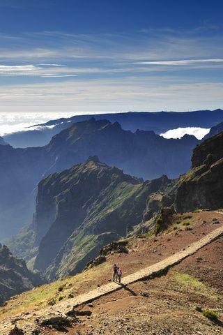 Madeira, secreto atlántico de Portugal. La isla de Madeira bien podría ser un parque temático de la acción creadora de la naturaleza, con su herencia volcánica y sus gigantescos paisajes. Lo mejor es alquilar un coche y explorarla ecosistema a ecosistema.