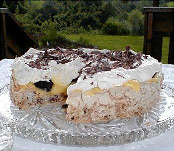 Islandskake   Bunn:  4 eggehviter  2 dl sukker  2 dl kokosmasse  1/2 plate kokesjokolade - hakkes   Eggekrem:  4 eggeplommer  100 g sukker ...