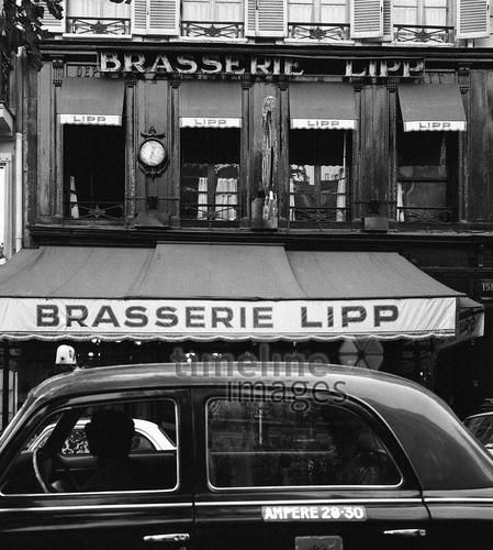 Auto und die Brasserie Lipp im Quartier Latin in Paris, 1967 Juergen/Timeline Images #Atmosphäre #atmosphärisch #Design #Designkonzept #Farben #Konzept #kreativ #Kreativität #Moodboard #Mood #Stimmung #stimmungsvoll #Thema #Moodboardideen #Moodboarddesign #Paris #Cafe #Kontraste #Touristen #Jacken #Mäntel #60er