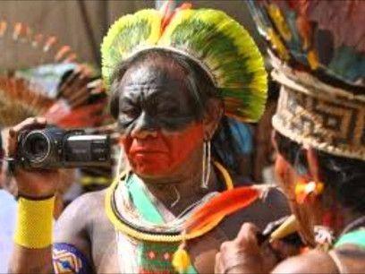 Un indígena con una cámara de vídeo digital