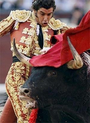 El matador le gusta acercarse a el toro para ganar mas puntos.