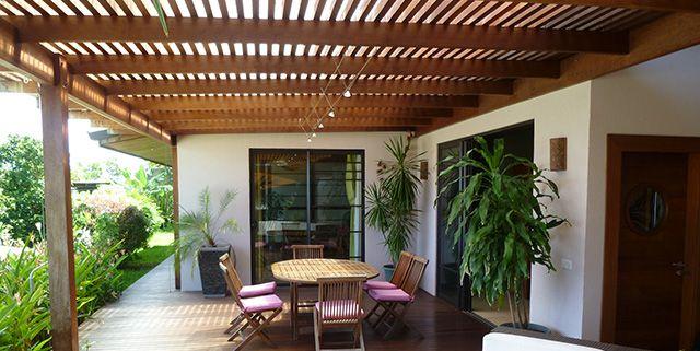 Maison bois terrasse couverte recherche google jardin for Recherche maison en bois