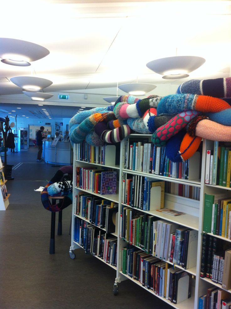 Sticka en orm, som de gör på biblioteket i Skärhamn.