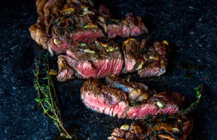 Foolproof recept van ribeye. Eerst het vlees voorgaren in de oven, daarna bakken in een hete pan. Pan afblussen met wijn en klaar is kees.