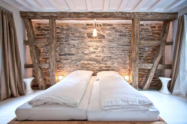 Schlafzimmer mit Kölner Decken und freigelegter Bruchsteinwand