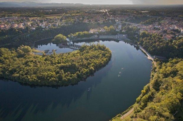 """fiume adda L'Adda (Ada in lingua lombarda, genere femminile) è un fiume dell'Italia settentrionale, il cui corso è interamente compreso nella Regione Lombardia. Il suo nome deriva dal celtico, lingua delle antiche popolazioni locali, e significa """"acqua corrente- Cerca con Google"""