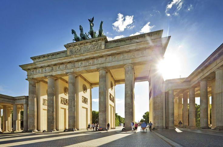 Brandenburger Tor -- Das Brandenburger Tor in Berlin steht am Pariser Platz in der Dorotheenstadt im Ortsteil Mitte (Bezirk Mitte). Es wurde in den Jahren von 1788 bis 1791 auf Anweisung des preußischen Königs Friedrich Wilhelm II. von Carl Gotthard Langhans errichtet und ist ein bekanntes Wahrzeichen und nationales Symbol, mit dem viele wichtige Ereignisse der Geschichte Berlins, Deutschlands, Europas und der Welt des 20. Jahrhunderts verbunden sind.