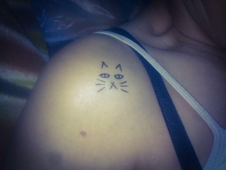omuzda kedi suratı