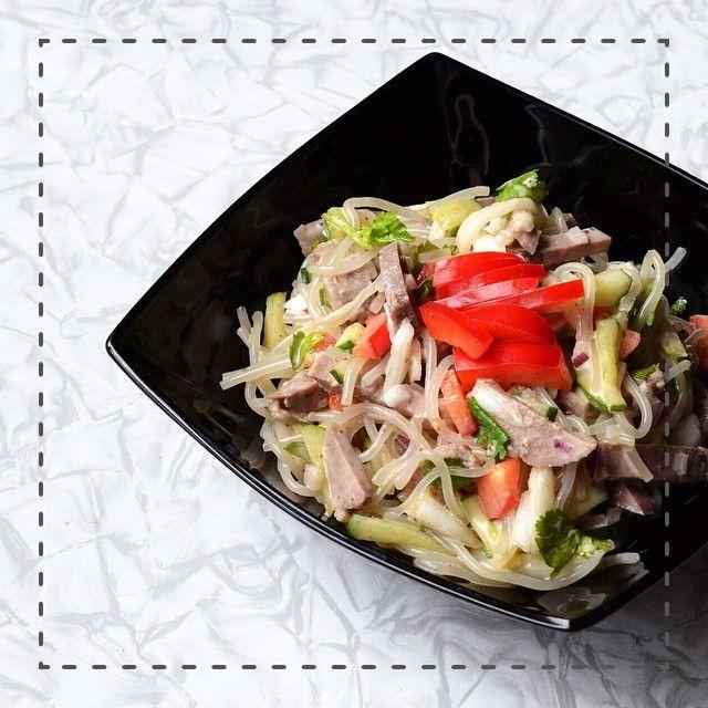 Mix-all-that-you-can-find-in-the-fridge kinda salad of the day  // пекинская капуста, картофельная фунчоза (нравится мне больше бобовой и рисовой), болгарский перец, огурцы, кинза, красный лук, свиной язык и кунжутный соус.