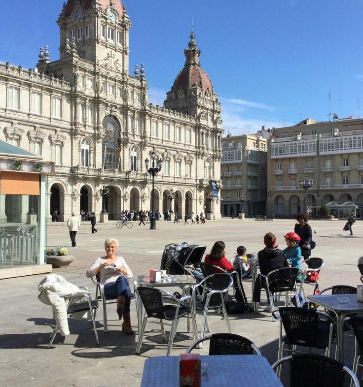Het plein wordt gedomineerd door het grote stadhuis. Langs de zijkanten zijn (overdekte) terrassen gemaakt