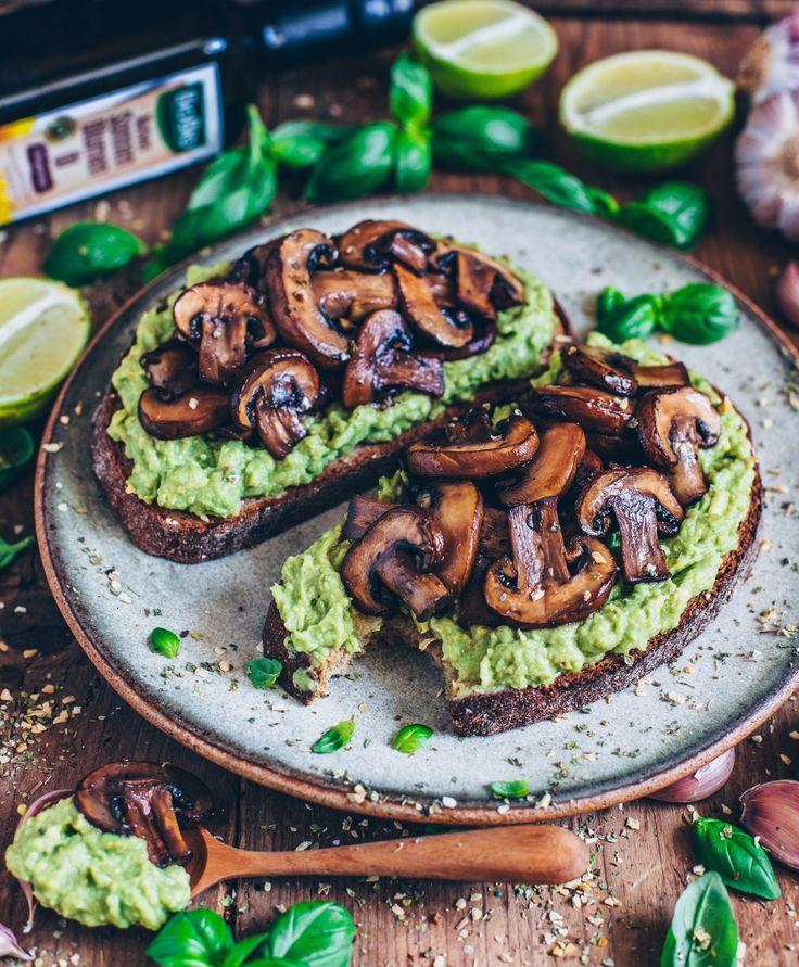 Ein knuspriger Toast mit sahniger Guacamole und gebratenen Knoblauchpilzen ist …   – Rezepte