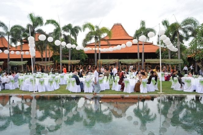 having a big scale gala dinner reception does not mean that your wedding will not be intimate and personal :)