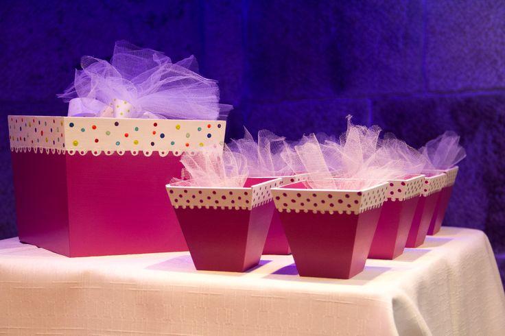 Souvenirs 15 años: cajitas de madera con bouquet de chocolatitos personalizados envueltos en tul.