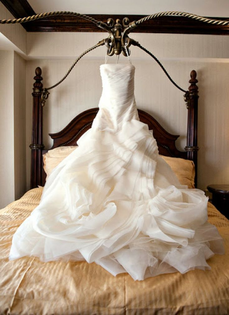 Amazing Vera Wang Vera Wand White VW Size Wedding Dress