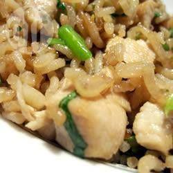 Жареный рис с курицей и кинзой