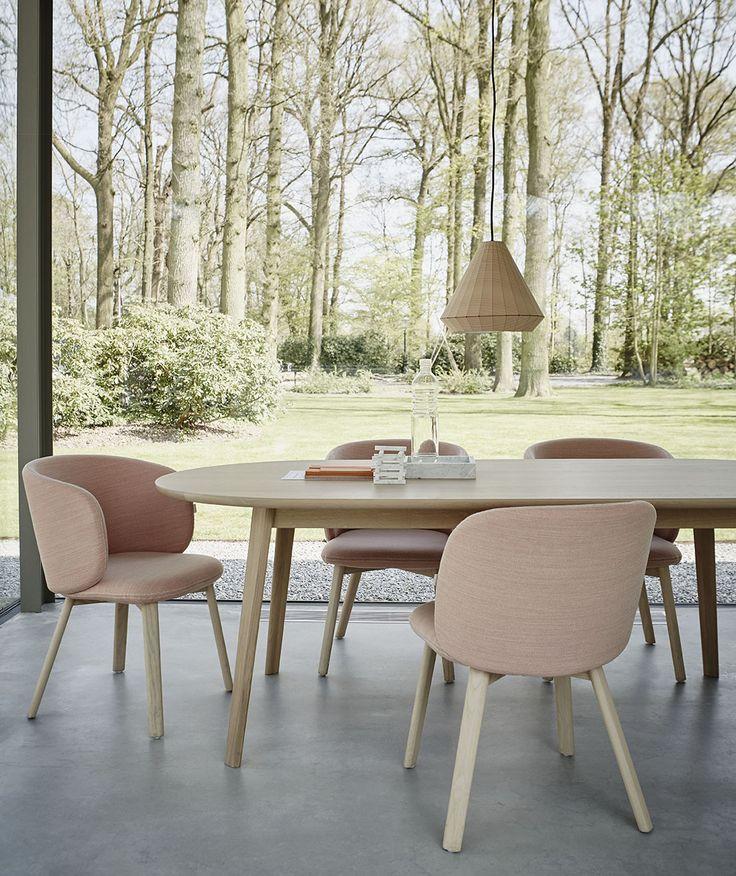 De eetkamerset ontworpen door Khodi Feiz in eigentijdse kleurstelling. De stoelen zijn bekleed met Steelcut Trio van Kvadrat.