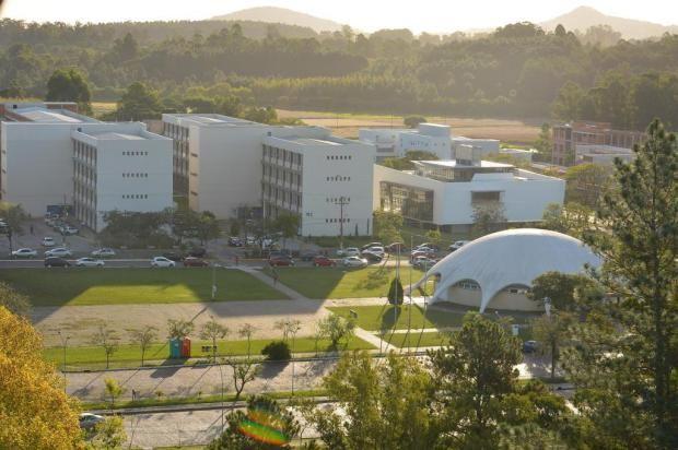 Alguns prédios e Planetário no  Campus da UFSM. Foto de Gabriel Haesbaert (via Diário de Santa Maria).