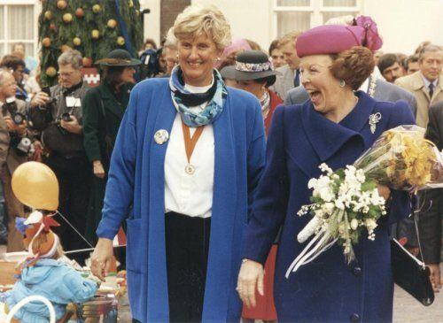 Koninginnedag. Koningin Beatrix en de koninklijke familie op bezoek in Buren (Gld), Nederland 30 april 1991. Foto: Breed uit lachend bekijkt Koningin Beatrix de kindermarkt op het kerkplein in Buren, georganiseerd door de leerlingen van de openbare basisschool Kon. Beatrix. Naast haar Mevr. F. van Veen-van de Werken.