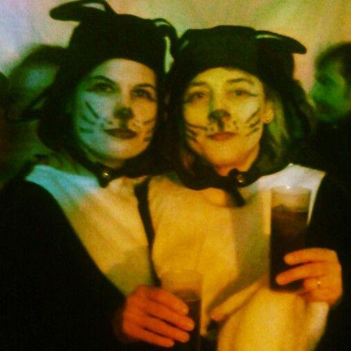 Y por sorpresa aparecieron entre gran gentío del Carnaval de Ibi 2014 este par de bellas gatas... #sorpresa #carnaval #carnavales #CarnavalesIbi #bellas #guapas #OsQuiero